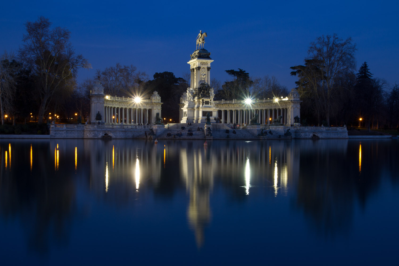 es-madrid-monumento-a-alfonsoxii-en-el-estanque-de-el-retiro-de-noche